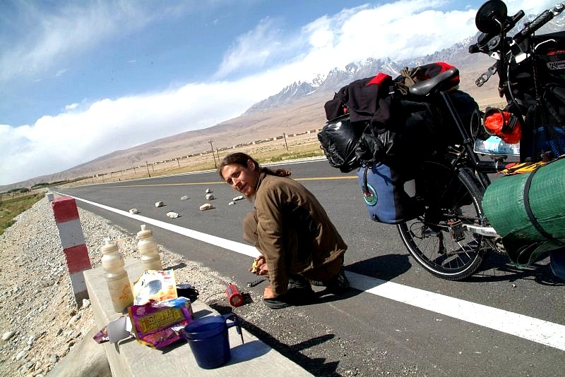 1-04-china-karakorum-highway-pause-am-strassenrand