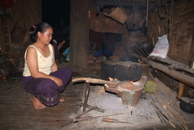 Laos: Laotin kocht traditionell essen