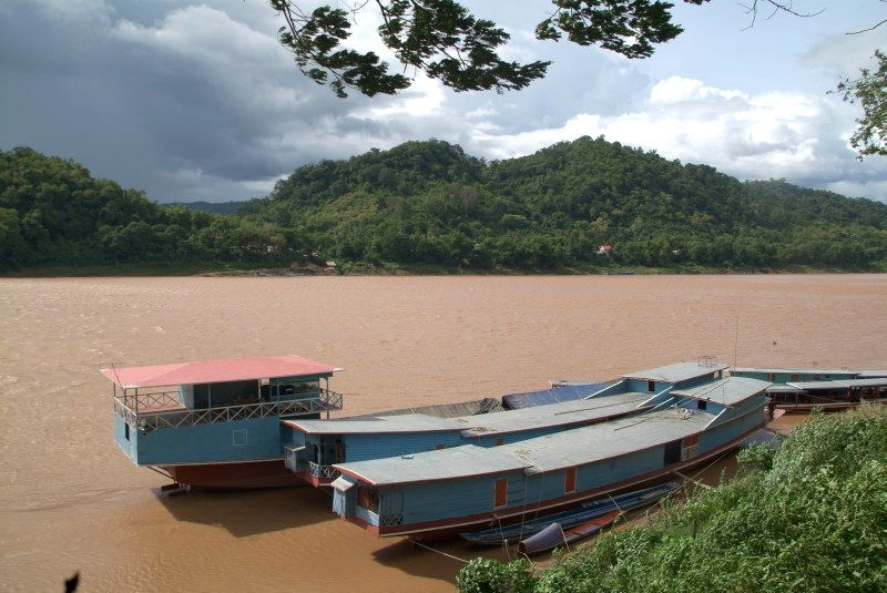 Laos: Boote am Mekong
