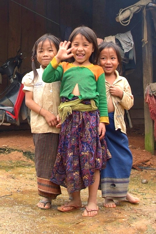Laos: Süsse winkende Kinder in Laos